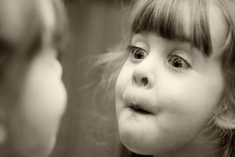 Tükör és kislány