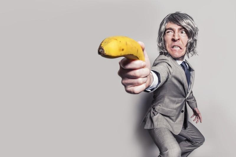 Ember banánnal, mint fegyver