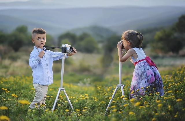 Fókusz - fiú és lány fényképezőgéppel