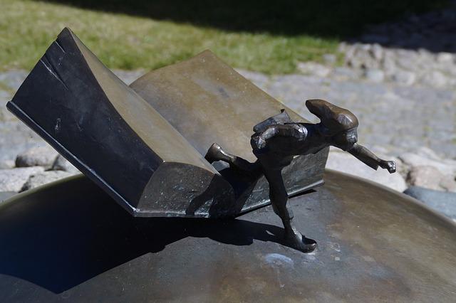 Könyv és tartalom (Nils Holgerson szobor)