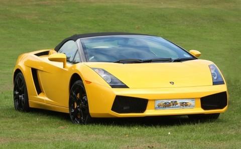 Sárga sportkocsi