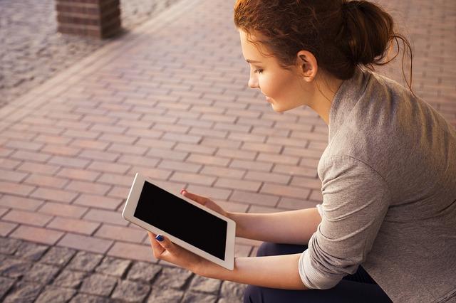 Tabletet olvasó nő